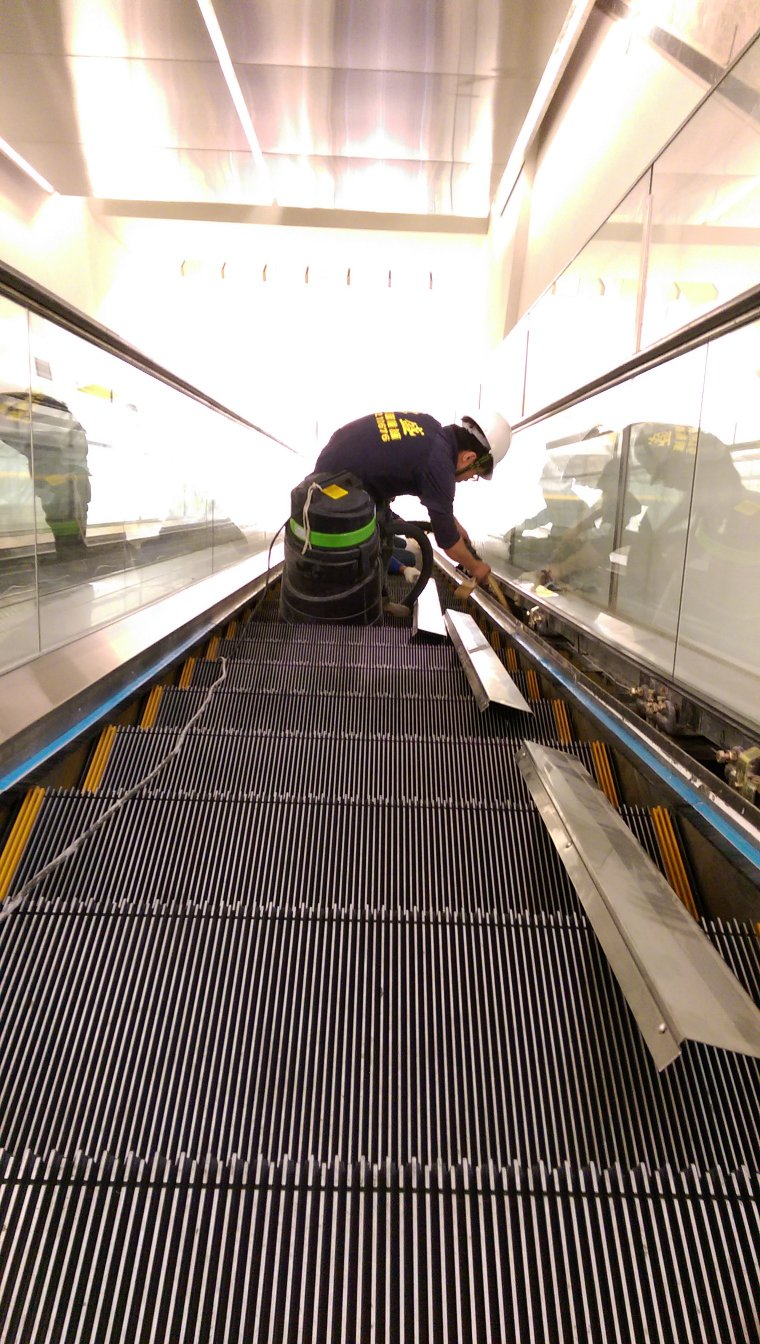 南紡夢時代電扶梯清潔工